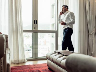 Consultant en marketing digital téléphonant dans la chambre d'un hôtel