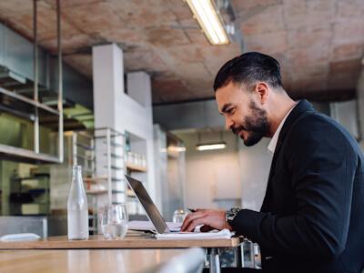 Consultant en marketing digital Octee travaillant dans un restaurant