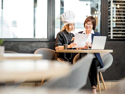 Propriétaire de restaurant discutant avec un conseiller en marketing digital Octee