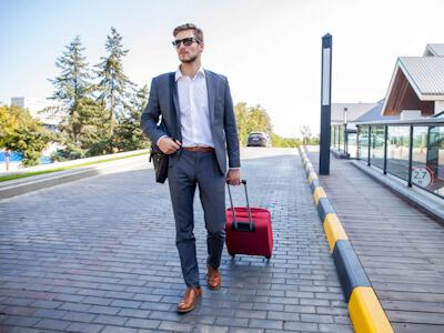 Consultant en marketing digital marchant dans la rue avec une valise